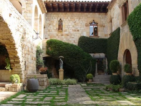 Sightseeing in the medieval hilltowns of the Empordà